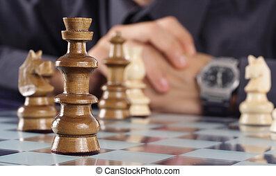 homme affaires, jouant échecs