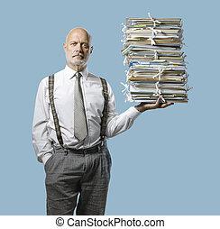 homme affaires, main, une, paperasserie, confiant, tas, tenue