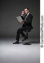 homme affaires, ordinateur cahier, sérieux, dactylographie