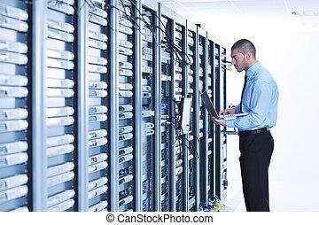 homme affaires, ordinateur portable, salle, serveur réseau