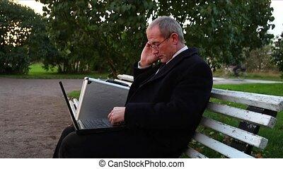 homme affaires, personne agee, occupé, parc