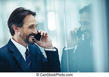 homme affaires, rayonner, parler, téléphone