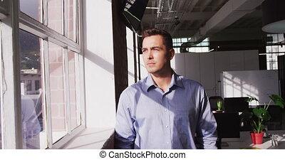 homme affaires, regard, portrait, alors, regarder, déplacement, devant, sourire, caucasien, appareil photo