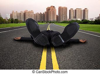 homme affaires, route ville, vide, épuisé, fatigué