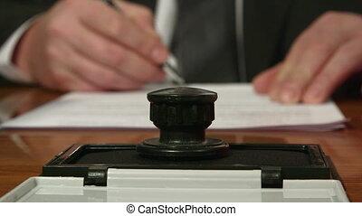 homme affaires, signer, compostage, document, main