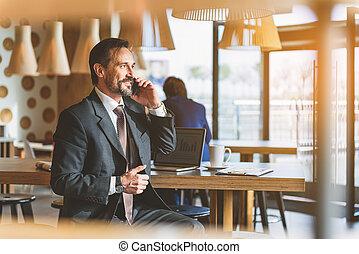 homme affaires, smartphone, joyeux, communiquer