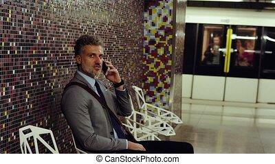 homme affaires, station., smartphone, mûrir, métro