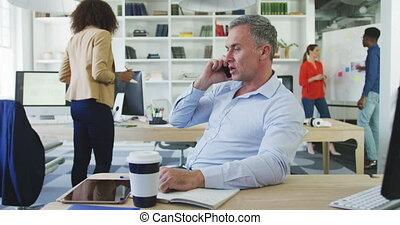 homme affaires, téléphone, conversation
