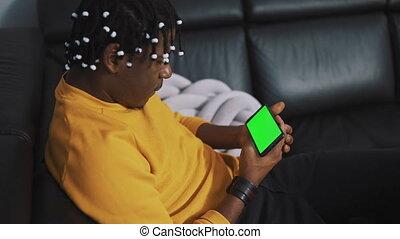 homme, américain, smartphone, africaine, noir, vert, regarder, écran, dreadlocks