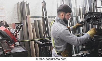 homme, atelier, ouvrier métal, jeune, rayons, pendant, travail
