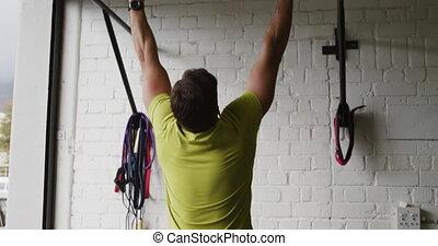 homme, athlétique, augmente, menton, barre, vue, caucasien, arrière