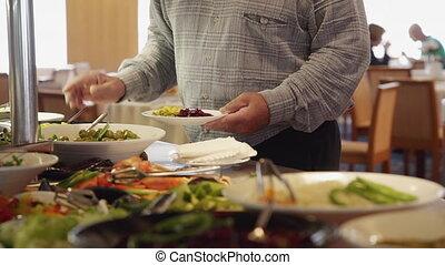homme, buffet., restaurant, met, debout, nourriture, plaque, savoureux, quoique, américain