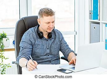 homme, bureau fonctionnant