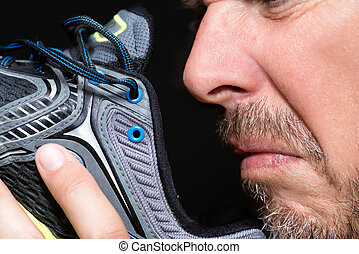 homme, chaussure, sentir