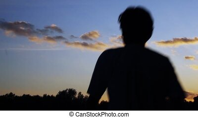 homme, coucher soleil, promenades
