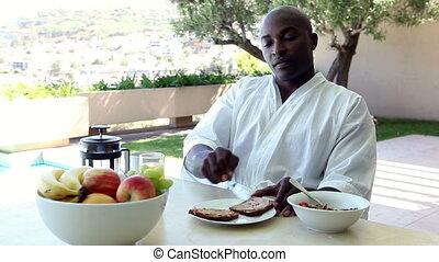 homme, dehors, petit déjeuner, manger