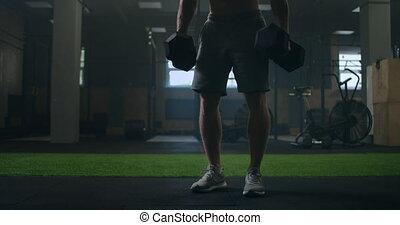 homme, dumbbells, dos, pompé haut, exécuter, athlétique, s'accroupit, deadlift, exercices, gymnase