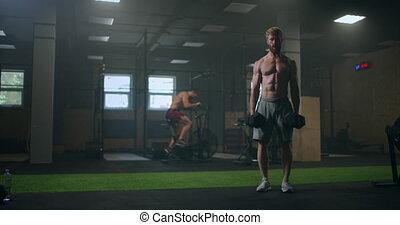 homme, dumbbells, mains, tournants, exercice, pumped-up, années, exécute, fort, deadlift, gym.