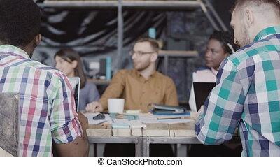 homme, groupe, business, fonctionnement, bureau., moderne, jeune, créatif, course, poing, africaine, mélangé, meeting., équipe, caucasien, salutation