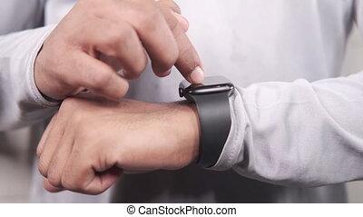 homme, intelligent, watch., utilisation, main