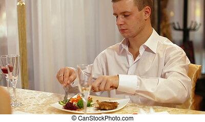 homme, manger, restaurant, bifteck
