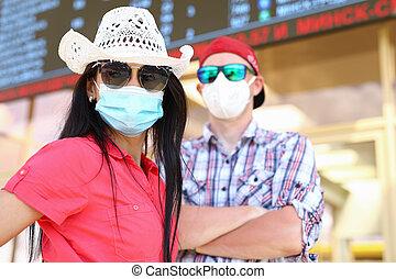 homme masque, aéroport, protecteur, planche, femme, information, sous, portrait médical
