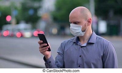 homme masque, usages, brutal, rue, téléphone