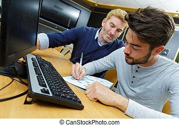 homme, notes, sien, plus jeune, collègue, marques, regarder, diagramme