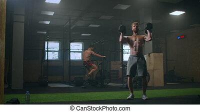 homme, plancher, dumbbells, lourd, exercice, exécuter, gymnase, après, jets