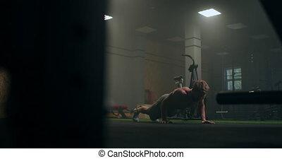 homme, plancher, pousées, tout, fort, pumped-up, exécute, sien, gymnase, strength.