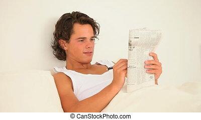 homme, résoudre, crosswordpuzzle