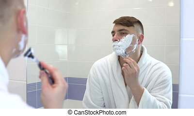 homme, rasages, par, devant, sien, mousse, manteau, hair., figure, miroir., blanc, vue, jeune, cheveux