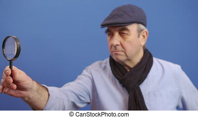 homme, regarde, valable, regarder, mûrir, verre, information., appareil photo, rigolote, magnifier