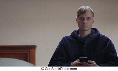 homme, regarder sérieux, téléphone, appareil photo
