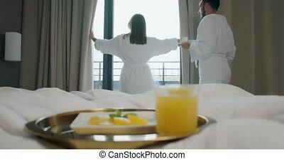 homme, rideaux, hôtel, café, vient, ouverture, femme