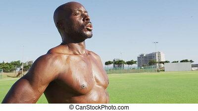 homme, sans chemise, prendre, africaine, après, exercisme, américain, dehors, repos, fatigué