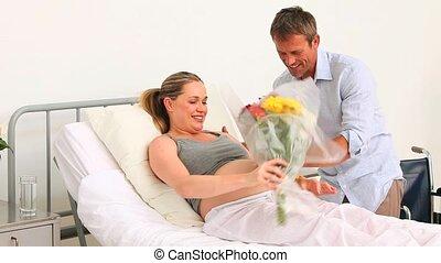 homme, sien, épouse, visiter, pregnant