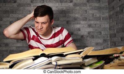 homme, university., étudiant, ennuyeux, bibliothèque, disheartened, livre, livres, lot, lecture, examination.