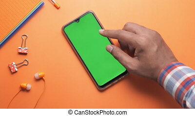 homme, utilisation, arrière-plan orange, téléphone, intelligent, main