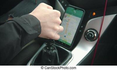 homme, -, utilisation, conduite, vitesse, navigateur, jeune, commutateurs, voiture