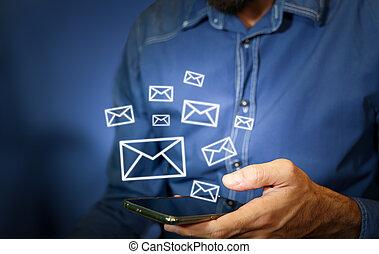 homme, utilisation, envoyé, smartphone, icônes, être, email, dehors.