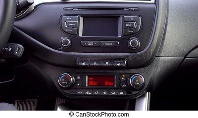 homme, voiture, climatiseur, presses, bouton, air