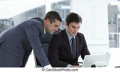 hommes affaires, fonctionnement, ordinateur portable, bureau