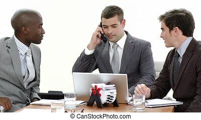 hommes affaires, téléphone, ordinateur portable, conversation, utilisation, réunion, gros plan