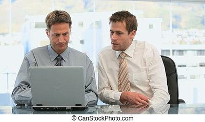 hommes affaires, travailler ensemble, bureau