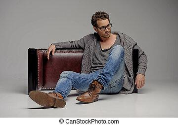 hommes, beau, gris, lunettes, quoique, séance, regarder, isolé, plancher, guy., loin, jeune