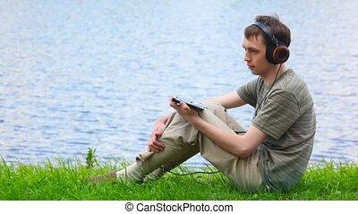 hommes, jeune, casque, eau, musique, fond, écouter