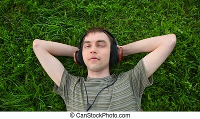 hommes, jeune, casque, vert, musique, herbe, mensonge, écouter