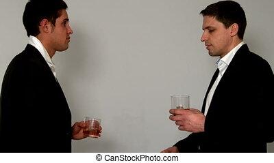 hommes, mains, whisky, secousse, boire