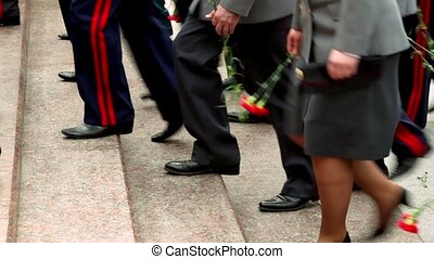hommes, monter, fleurs, visible, seulement, militaire, jambes, escalier, rouges